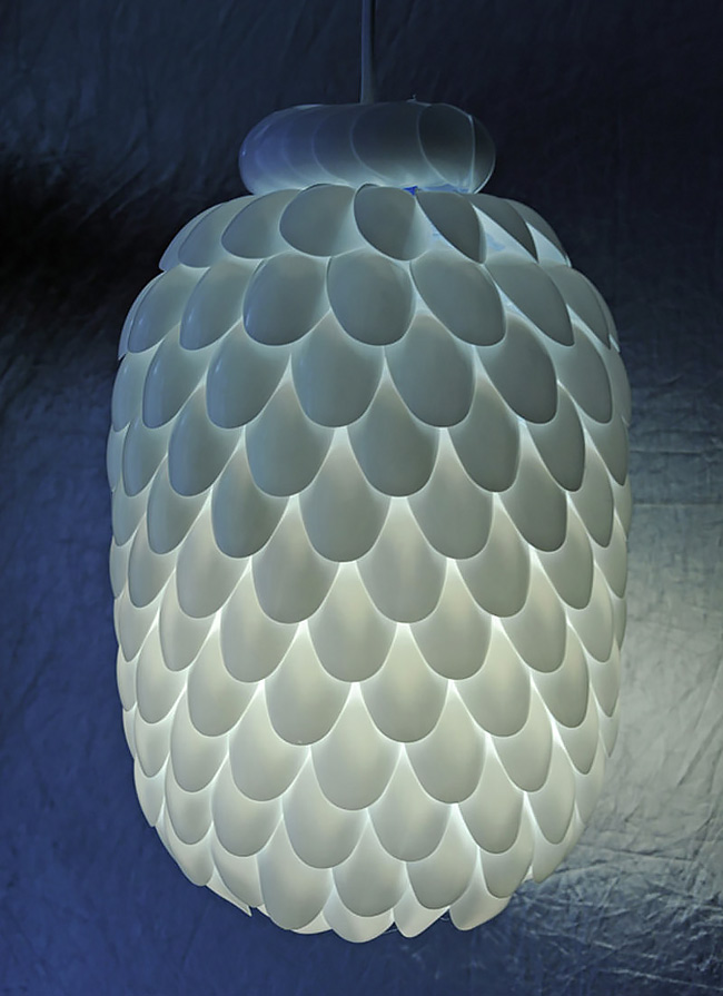 plastic-spoon-lamp