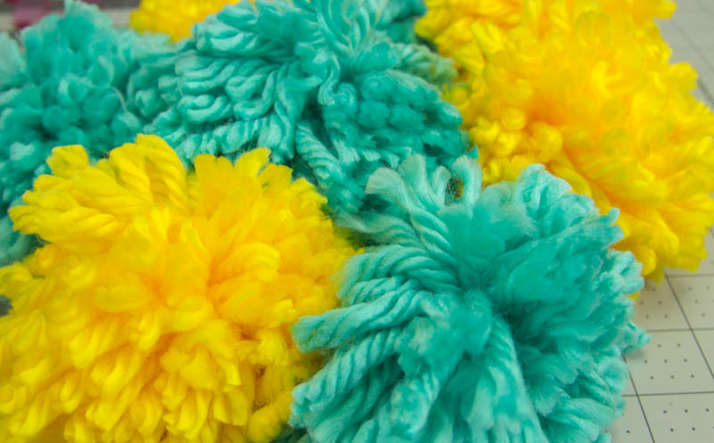 diy pom pom blanket, diy blanket idea, diy pom pom craft, pom pom craft idea