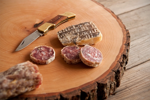 wood slice serving board - makes a great Christmas gift you can make on a budget