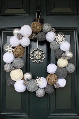 An adorable snowball wreath for the holiday outdoor decor