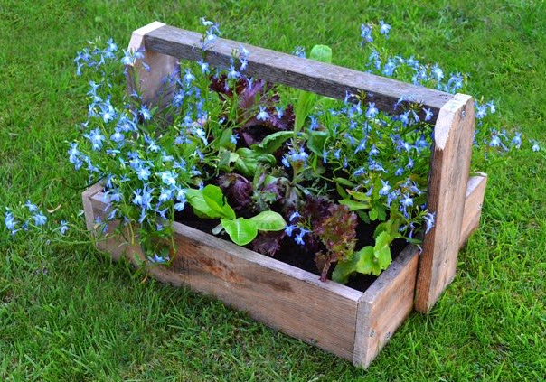 Homemade garden trugs and wood planters upcycling pallet project
