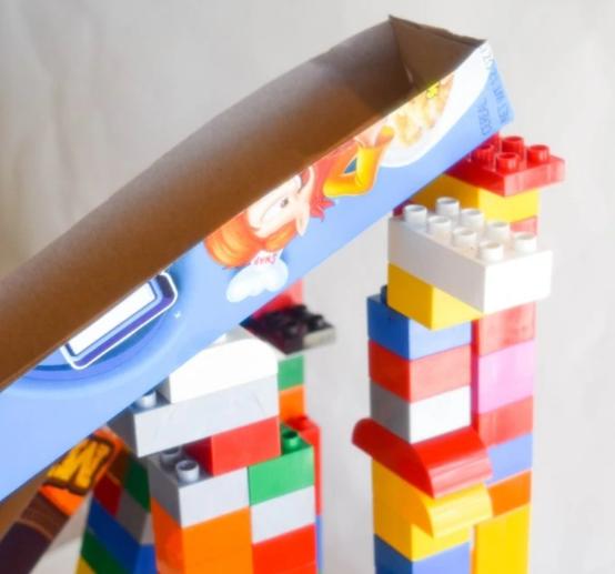 Rampas de caixas de cereais em cima de Legos para atividades práticas de STEM