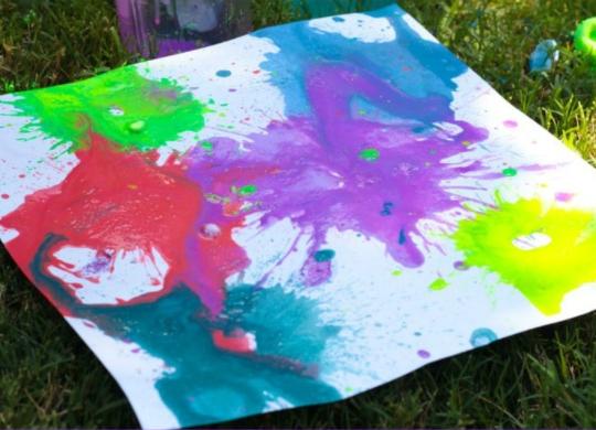 Uma placa de ferrovia com pinturas explodidas, uma atividade STEM de verão