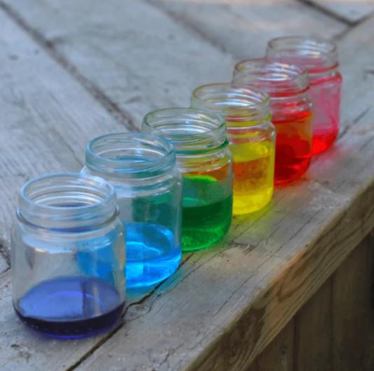 Água em uma jarra de cores diferentes, como um arco-íris