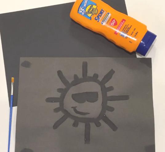 Uma pintura de protetor solar de um sol com um rosto sorridente e óculos de sol