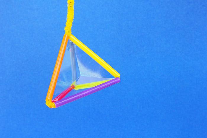 Varinha em forma de bolha da pirâmide feita de canudos coloridos
